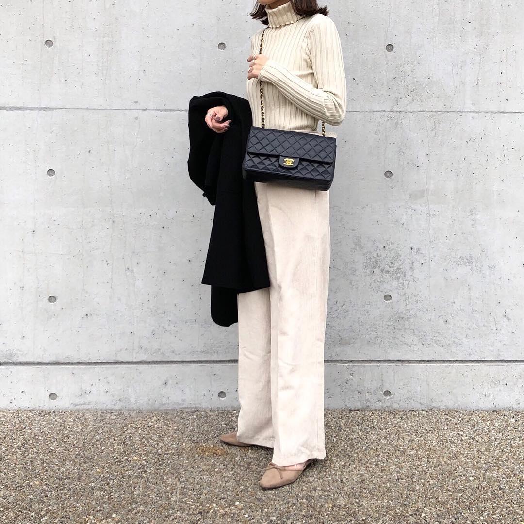 ・ 冬はホワイトコーデがしたくなるのでプチプラで𓂅𓂅☃️ ・ 真っ白ではなくアイボリーのような薄いベージュなので、落ち着いたトーンでホワイトコーデも挑戦しやすいです𓂃𓀙𓏭 ・ ・ tops#fifth#フィットニットタートルトップス @fifth_store pants#fifth#ベルト付きコーデュロイワイドパンツ @fifth_store bag#chanel @chanelofficial ・ ・ #フィフス#シャネル#ホワイトコーデ#ママコーデ#ママファッション#プチプラ#プチプラコーデ#お洒落さんと繋がりたい#きれいめカジュアル#きれいめコーデ#シンプルコーデ#大人カジュアル#スナップミー#outfit#coordinate#ootd#mineby3mootd#locari#lucrajp#arine_ootd#instafashion#fifthtl