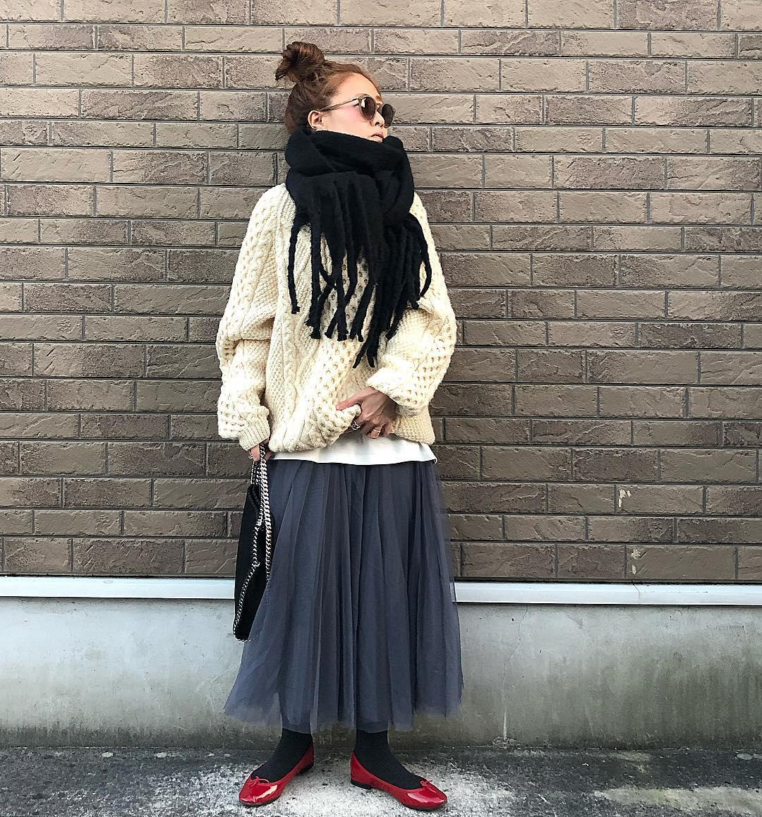 𓇼 . 冬に履くチュ-ルも好きだ❤︎ @fifth_store の𓂅 #チュールロングスカート グレ-のMさいず。 . 丈感もカラ-も好き。 春まで使えるアイテム。 60%OFFク-ポン出てたよ-𓍯 かなりお得♡ . #fifth#fifthtl#フィフス . Qoo10で買ったスト-ルも良き❤︎ . . . . . . . . . . #ootd#outfit#coordinate#fashion#instafashion#instagood#fashionpost#qoo10#repetto#チュールスカート#フィッシャーマンニット#古着#ニット#レペット#ストール#冬コーデ#プチプラ#おだんごヘア#ゆるコーデ#モノトーン#今日のコーデ#今日の服 ではない#お洒落さんと繋がりたい#おしゃれさんと繋がりたい . 2019.1.11 ①