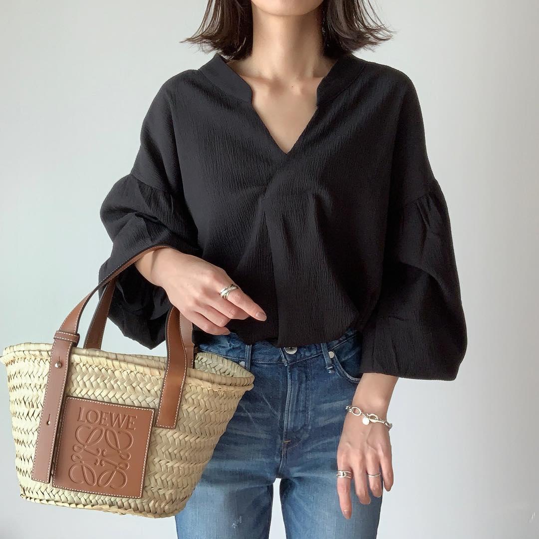 ・ 黒のブラウスにはブルーデニムを合わせるが好き👖❤︎ ・ ブラウスはシンプルなバルーンスリーブぽく着るのも可愛いけど、袖の絞りも可愛いから自分の好きな着方で楽しめちゃう𓂃𓋏 #スワイプしてね ・ バックコンシャスな洋服が好きなので、背中のレースアップもお気に入りです𓀂✧ ・ ・ tops#fifth @fifth_store #バックシャンレースアップvネックブラウス pants#upperhights @upperhights bag#loewe @loewe ・ ・ #フィフス#アッパーハイツ#ロエベ#ママコーデ#ママファッション#プチプラ#プチプラコーデ#お洒落さんと繋がりたい#きれいめカジュアル#きれいめコーデ#シンプルコーデ#大人カジュアル#outfit#coordinate#ootd#mineby3mootd#lucrajp#arine_ootd#instafashion#fifthtl